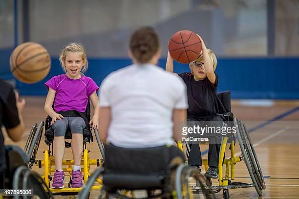Behindertengerechte Menschen einen Basketball Dribbeln