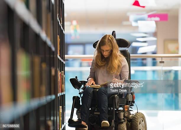 Behinderte Mädchen In der Bibliothek