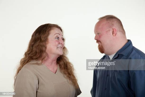 Behinderte Mann spricht zu Frau