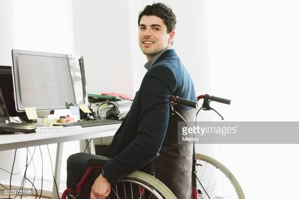 Ingénieur logiciel pour personnes à mobilité réduite au bureau