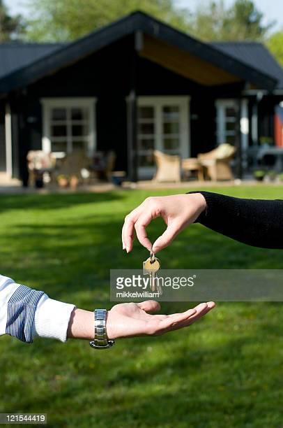 Entregar las llaves en un nuevo hogar o house
