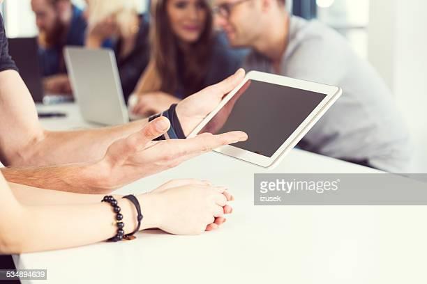 Hände mit digitalen tablet