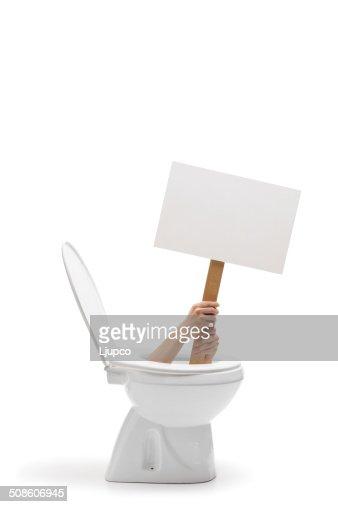 Manos sosteniendo un banner de fondo blanco en el sanitario : Foto de stock