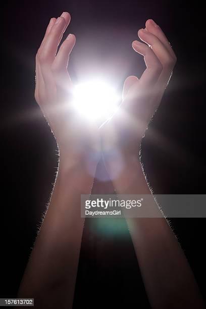 輝きのある手をロックのエネルギーやライト