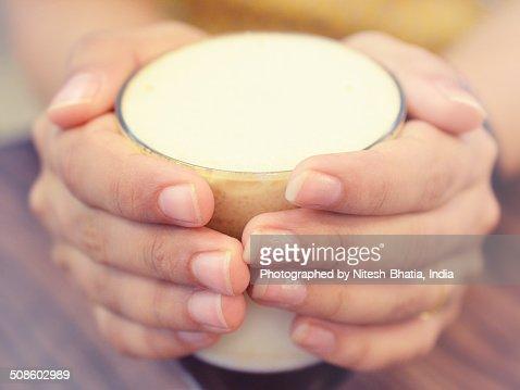 Hands holding Hot Coffee Mug : Foto de stock
