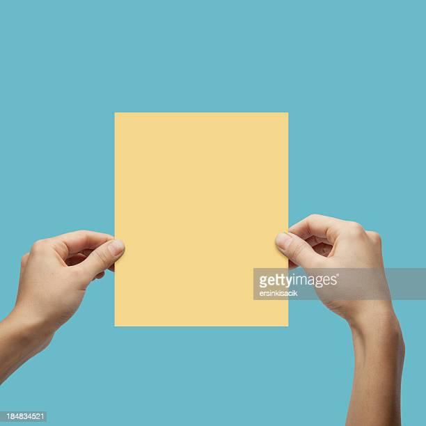 Hände halten Papier