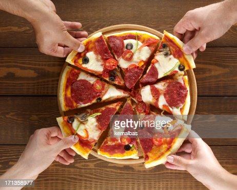 手を押しスライスのピザ