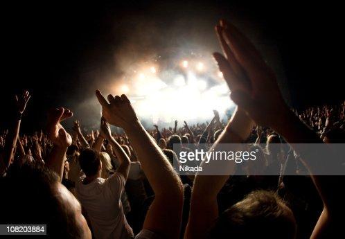 Manos en un concierto de rock : Foto de stock