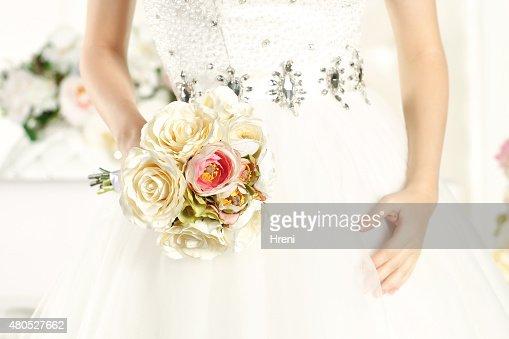 Händen der Braut mit einem schönen Blumenstrauß : Stock-Foto