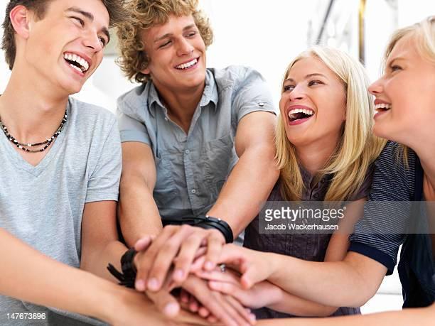 手の少年と少女の団結を示す