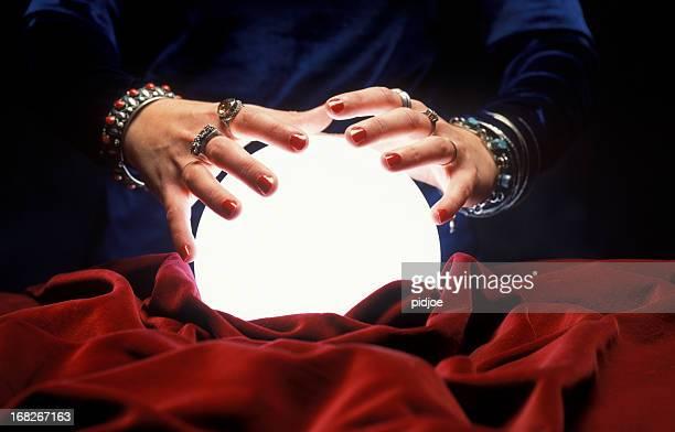 Hände auf Glühend crystal ball