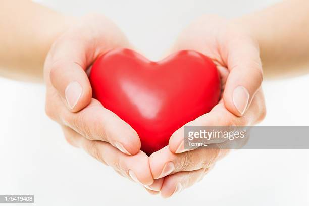Mains présentant cœur