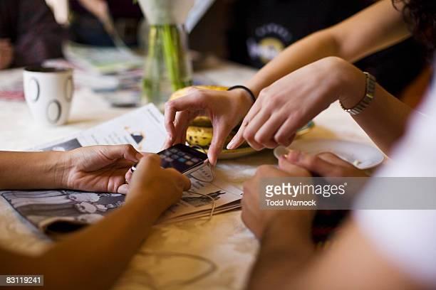 Mani raggiungendo per telefono cellulare