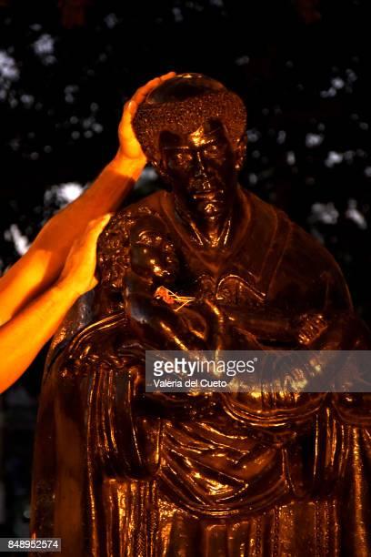Hands to pray to Saint Benedict