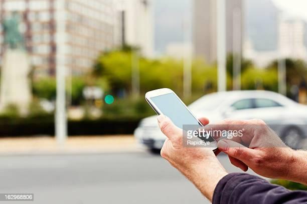 スマートフォンを使用して手に街通り