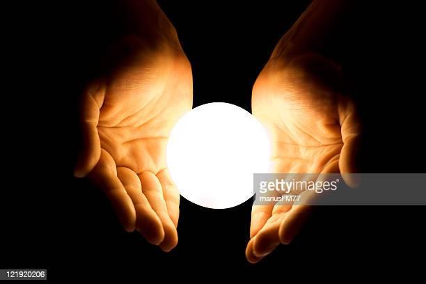 手に輝くボール