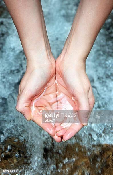 Hände mit reinem Wasser