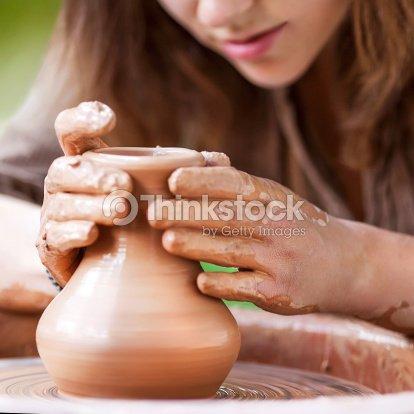 Mains travaillant sur tour de potier photo thinkstock - Fabriquer un tour de potier ...