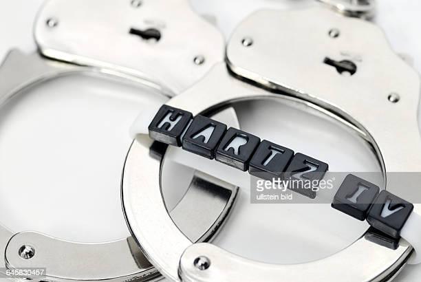 Handschellen und Hartz IVSchriftzug Arbeitspflicht für Hartz IVEmpfänger
