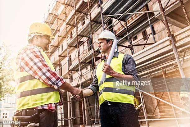 Hände schütteln auf einer Baustelle