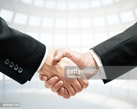 Stringersi la mano : Foto stock