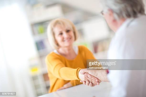 Aperto de mão com um doente