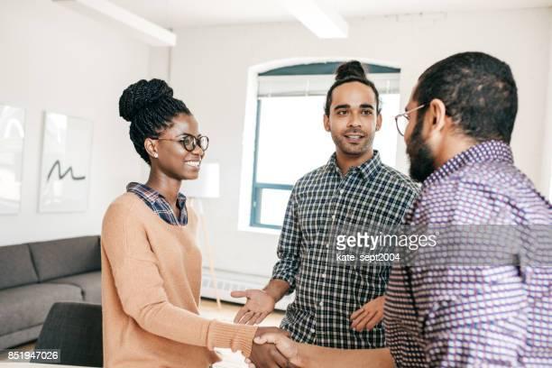 Handshake mit neuen Kollegen