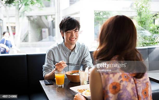 アジアのあるハンサムな男性と女性の昼食