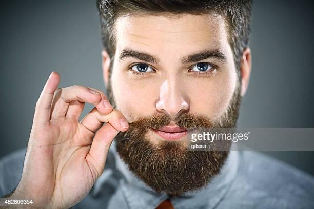 Bel homme barbu souriant.