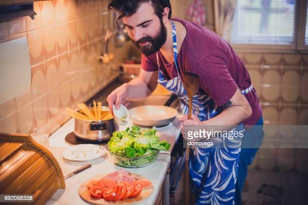 Hübscher bärtigen Mann Vorbereitung Sphagetti in der Küche
