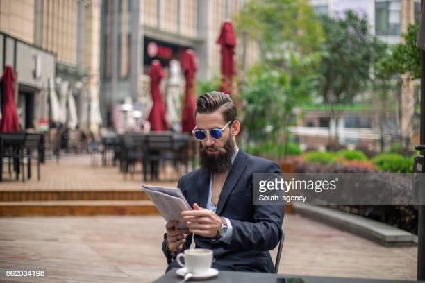 Gut aussehend Geschäftsmann, trinken Kaffee