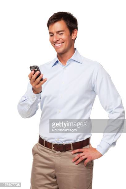 Gut aussehend Geschäftsmann, lächeln und liest SMS. Isoliert