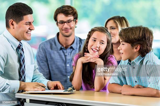 Belle famille hispanique Expert-conseil avec le Client