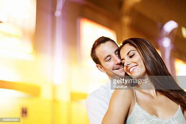 Foto de una pareja atractiva, se mezclan en la noche en la calle de la ciudad