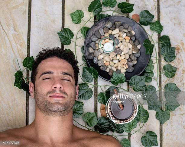 Hübscher Mann im spa
