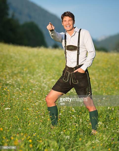Gut aussehender Mann in Lederhose-Trachtenmode zeigt (XXXL)
