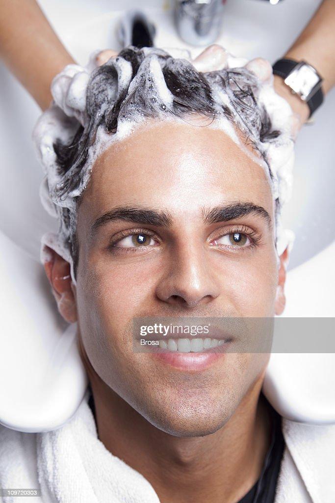 Handsome man in the hair salon : Foto de stock