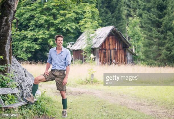 Gut aussehender Mann in traditionellen Lederhosen, Österreich