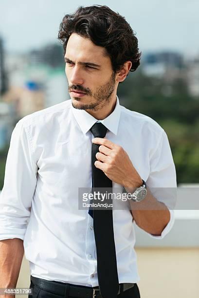 Gut aussehender Mann in weißem Hemd und Krawatte