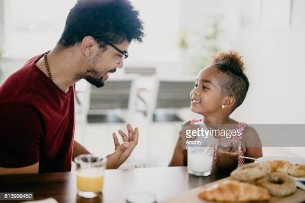 Hübscher Mann hat Gespräch mit seiner Tochter.