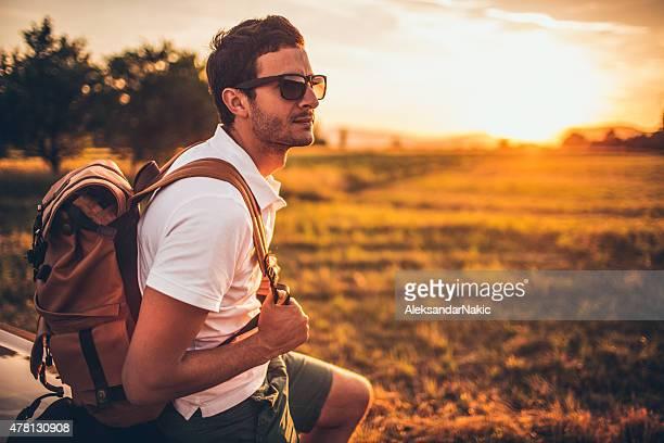 Gut aussehender Mann auf einem road trip