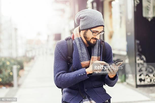Gut aussehender Mann Schreiben SMS-Nachricht