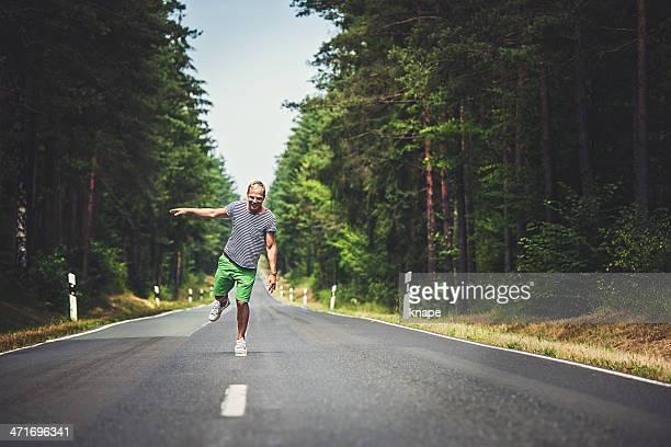 Hombre atractivo a la línea por la autopista