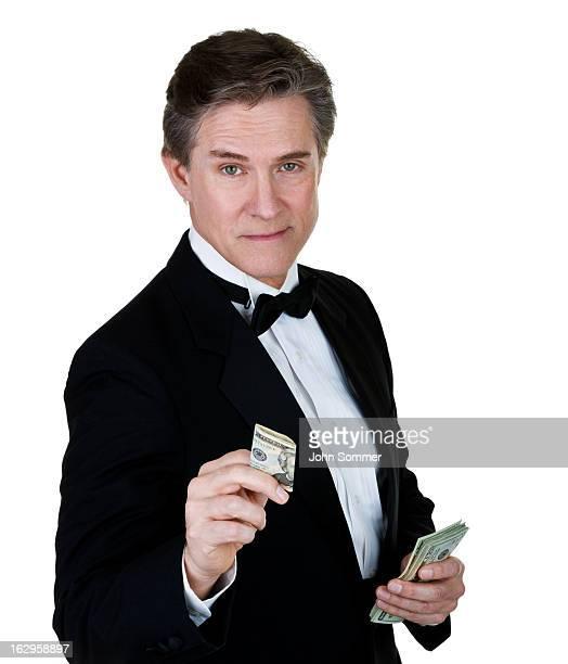Hombre atractivo usa esmoquin