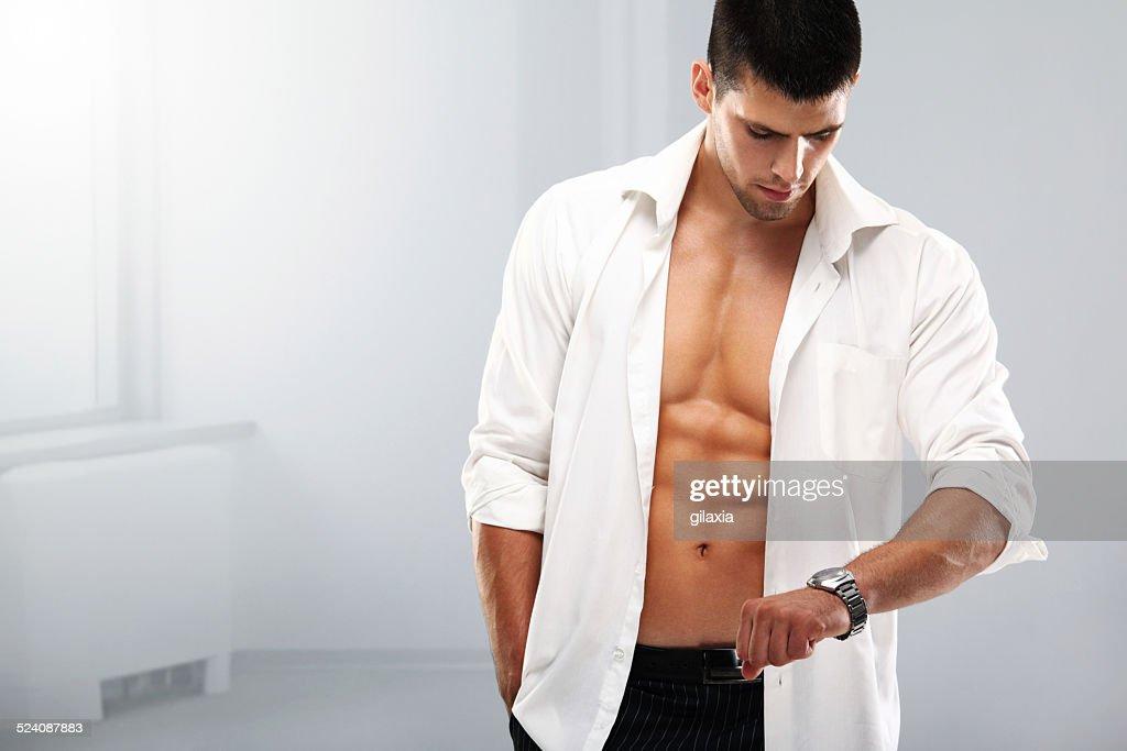 Bel homme musclé avec une montre-bracelet. : Photo