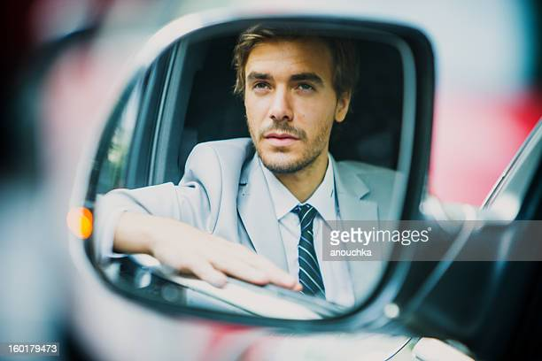 Bonito jovem Empresário Condução de