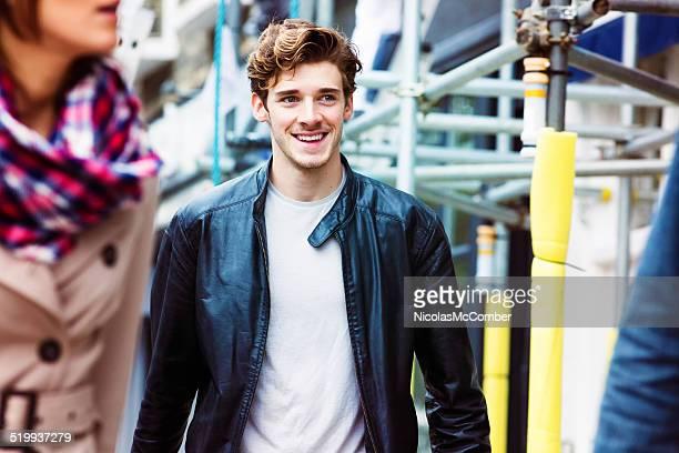 Beau jeune homme souriant de banlieue anglais