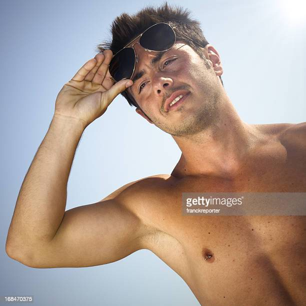 Bel giovane ragazzo in estate