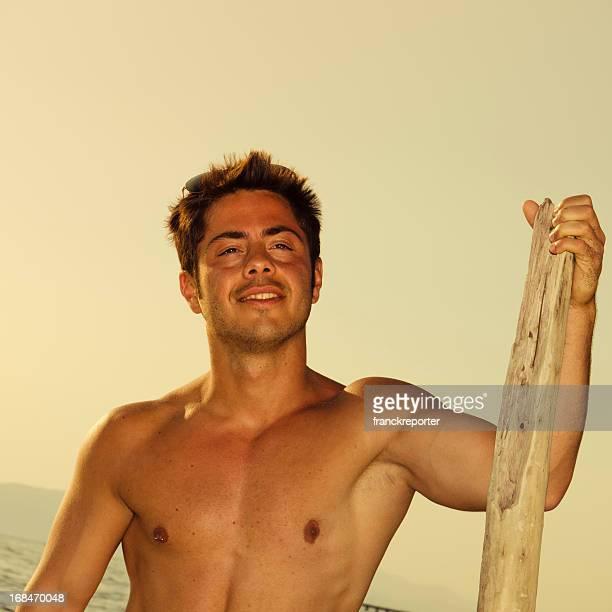 Bel giovane uomo in mare