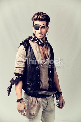 Un Belluomo Giovane In Abbigliamento Moda Dei Pirati Foto stock ... 842a9e1d02f
